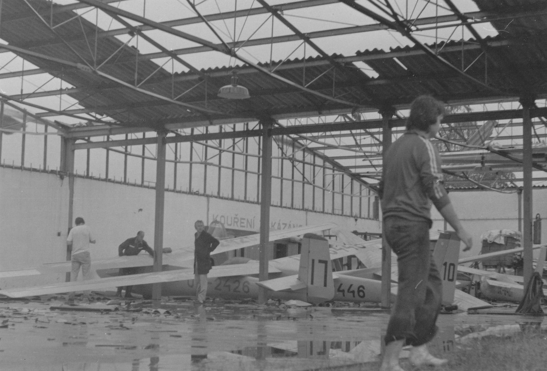 Poničené větroně uvnitř hangáru